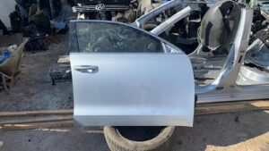 Двери перед правая VW Passat B7 серебро с деф